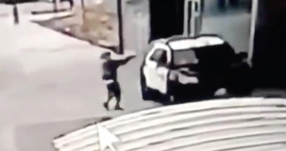 Un hombre dispara a sangre fría a dos policías en el interior de un coche patrulla en Los Ángeles