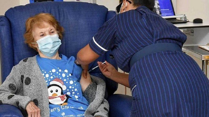 Primera mujer vacunada en Reino Unido